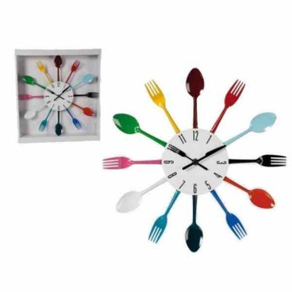 Falióra színes evőeszközökkel